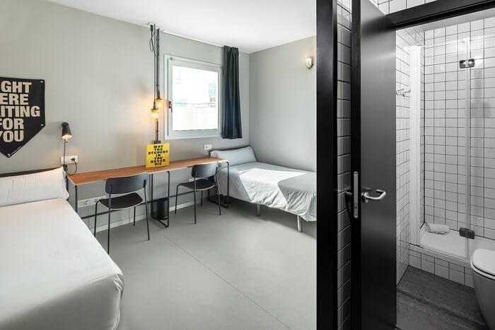 habitación del campus tsh con mampara plegable profiltek en el baño