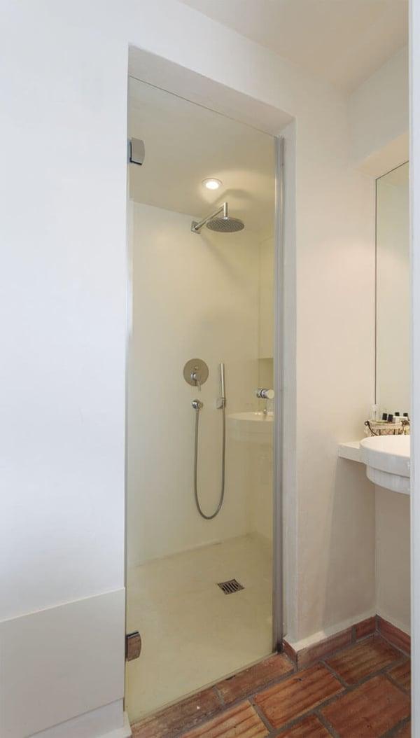 mampara-de-ducha-abatible-newglass-de-profiltek-en-el-hotel-casas-do-moinho