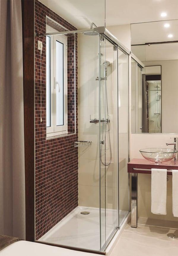 mampara-de-ducha-corredera-vetro-de-profiltek-en-el-hotel-turim-terreiro-do-paco