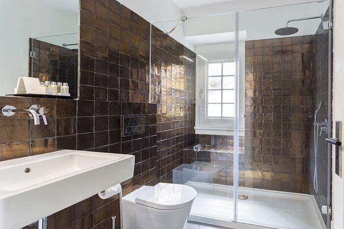 Mampara de ducha PROFILTEK instalada en los cuartos de baño del Hotel Villa Vasco da Gama