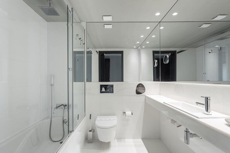 Parois de la série VITA de PROFILTEK installée dans les salles de bain du Vitoria Stone Hôtel