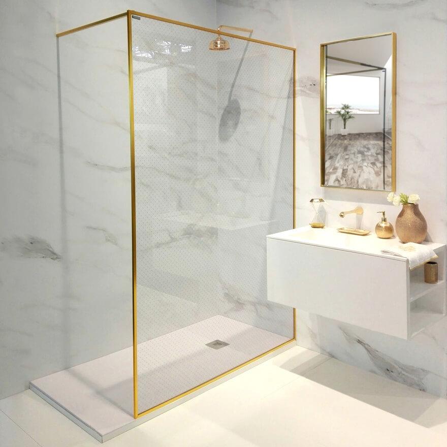 paroi douche à profilé doré et décoration type capitonné