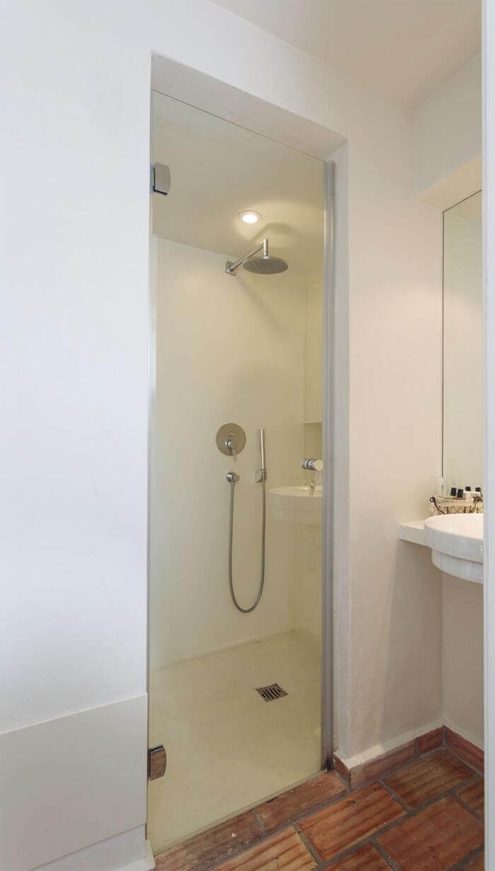 divisoria-de-duche-abativeis-newglass-da-profiltek-em-hotel-casas-do-moinho