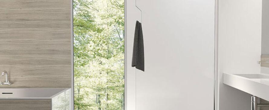 Mampara con panel fijo para la ducha: la opción de muchos