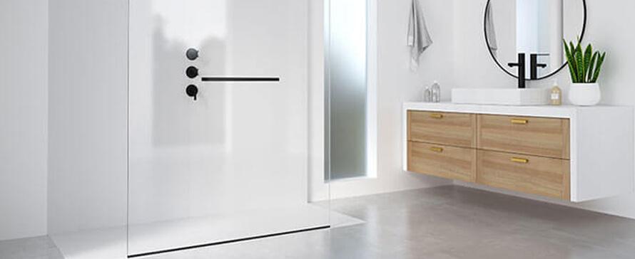 Les panneaux fixes comme solution de séparation fonctionnelle pour une salle de bains minimaliste