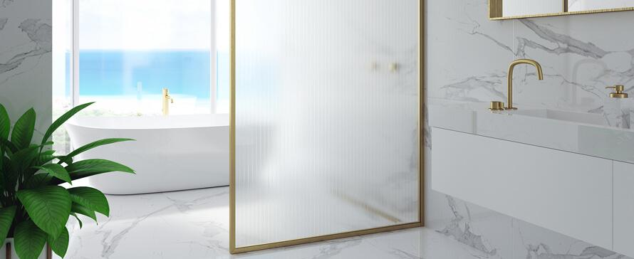 A divisória de duche é um elemento decorativo no seu banho. Personalize-a!